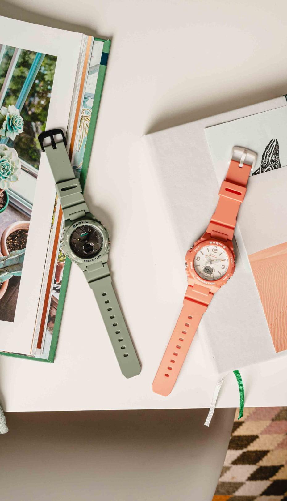 relojes de colores CASIO sobre una mesa con cuadernos