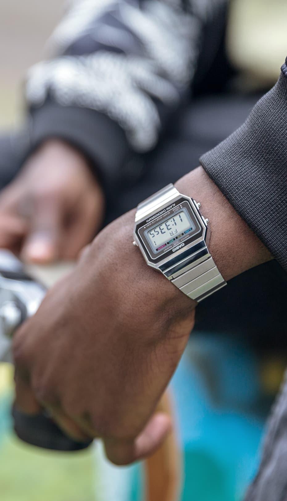 muñeca de un hombre con un reloj plata de CASIO
