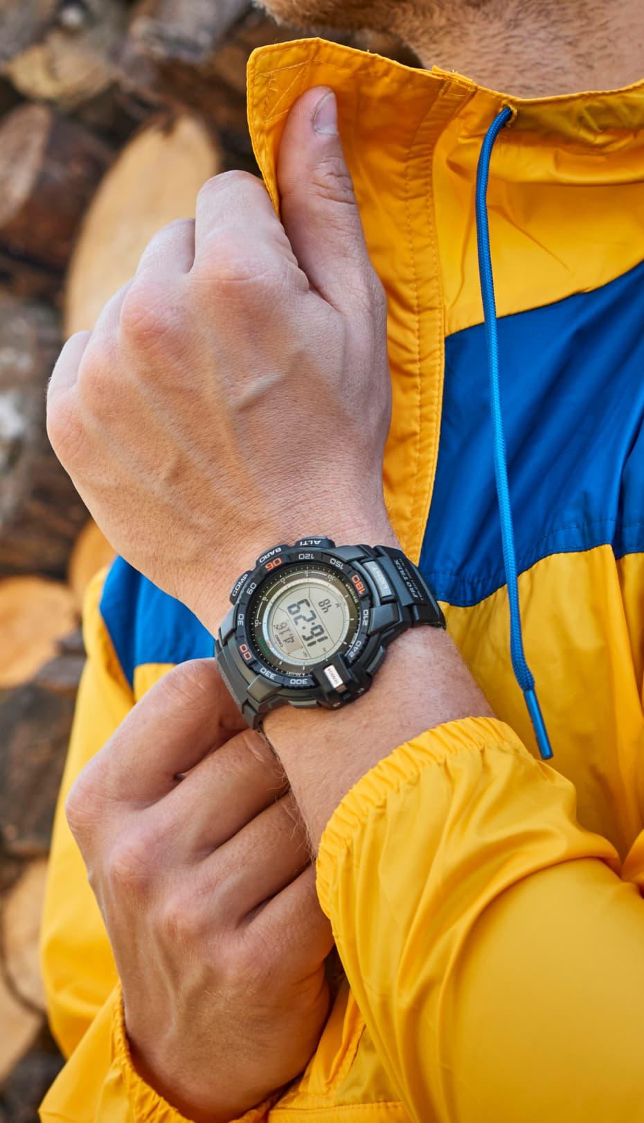 hombre ajustándose la correa de su reloj CASIO pro trek